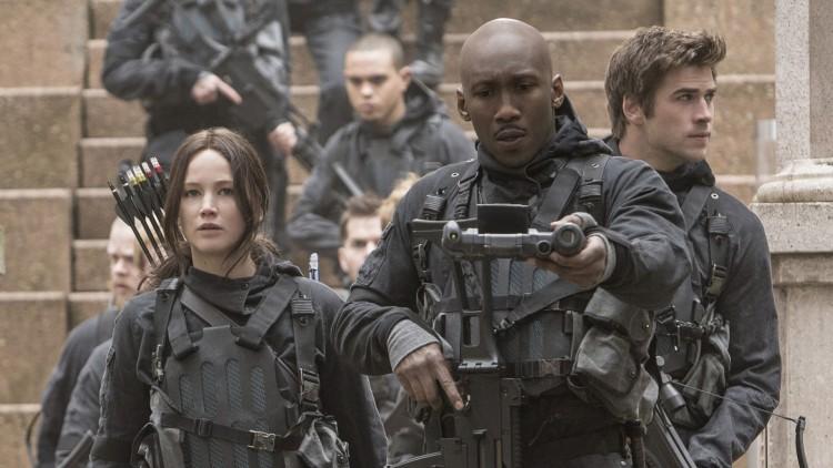 Jennifer Lawrence, Mahershala Alie og Liam Hemsworth i The Hunger Games: Mockingjay Part 2 (Foto: Lionsgate).