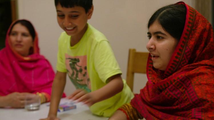 Malala Yousafzai sammen med moren Toor Pekai og broren Atal i He named me Malala (Foto: 20th Century Fox).