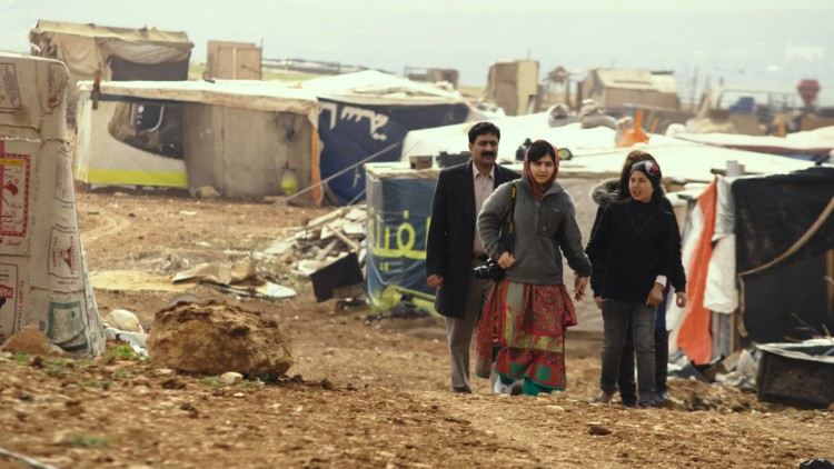 Ziauddin Yousafzai, Malala Yousafzai og syriske Rimah i en flyktningeleir i Jordan i He named me Malala (Foto: 20th Century Fox).