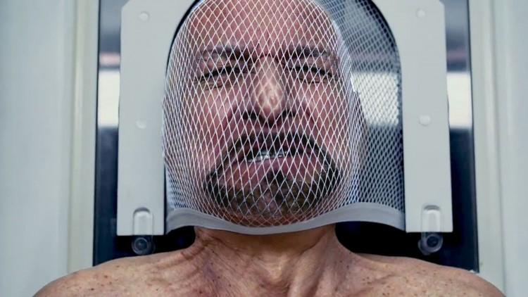 Damian (Ben Kingsley) i kroppsbyttemaskinen i Self/less (Foto: Star Media Entertainment).