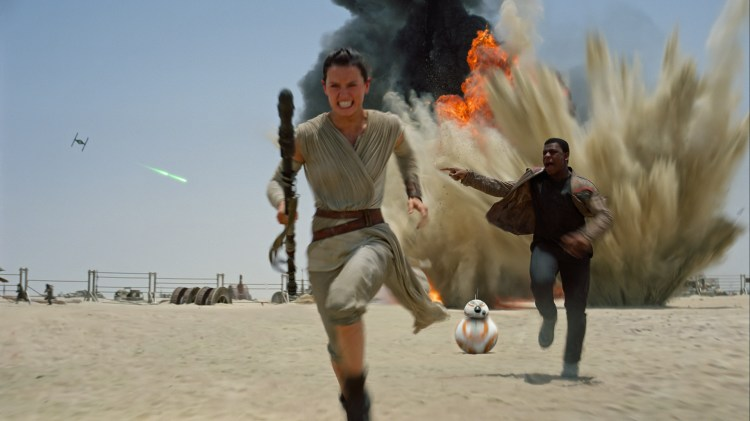 Rey (Daisy Ridley) og Finn (John Boyega) under angrep i Star Wars: The Force Awakens (Foto: The Walt Disney Company).