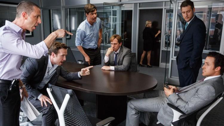 Hvem lurer hvem? Intens stemning rundt bordet i The Big Short. (Foto: United International Pictures).