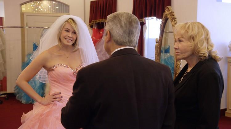 Chelsea sjekker ut hvordan det er å gifte seg i The Little White Wedding Chapel i Las Vegas, (Foto: Netflix).