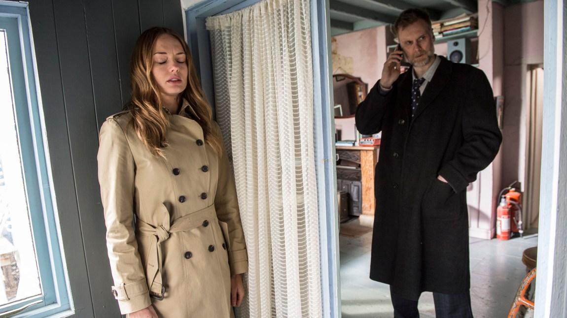 En mystisk kvinne (Laura Haddock) er på besøk hos Luther, og gjemmer seg fra hans kollega etterforsker Theo Bloom (Darren Boyd). (Foto: BBC, NRK)