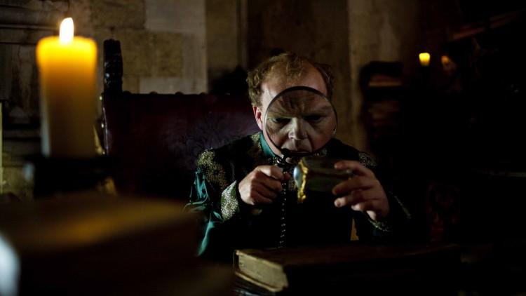 Kongen av Highhills (Toby Jones) har et lite kjæledyr i Tale of Tales (Foto: Tour de Force).