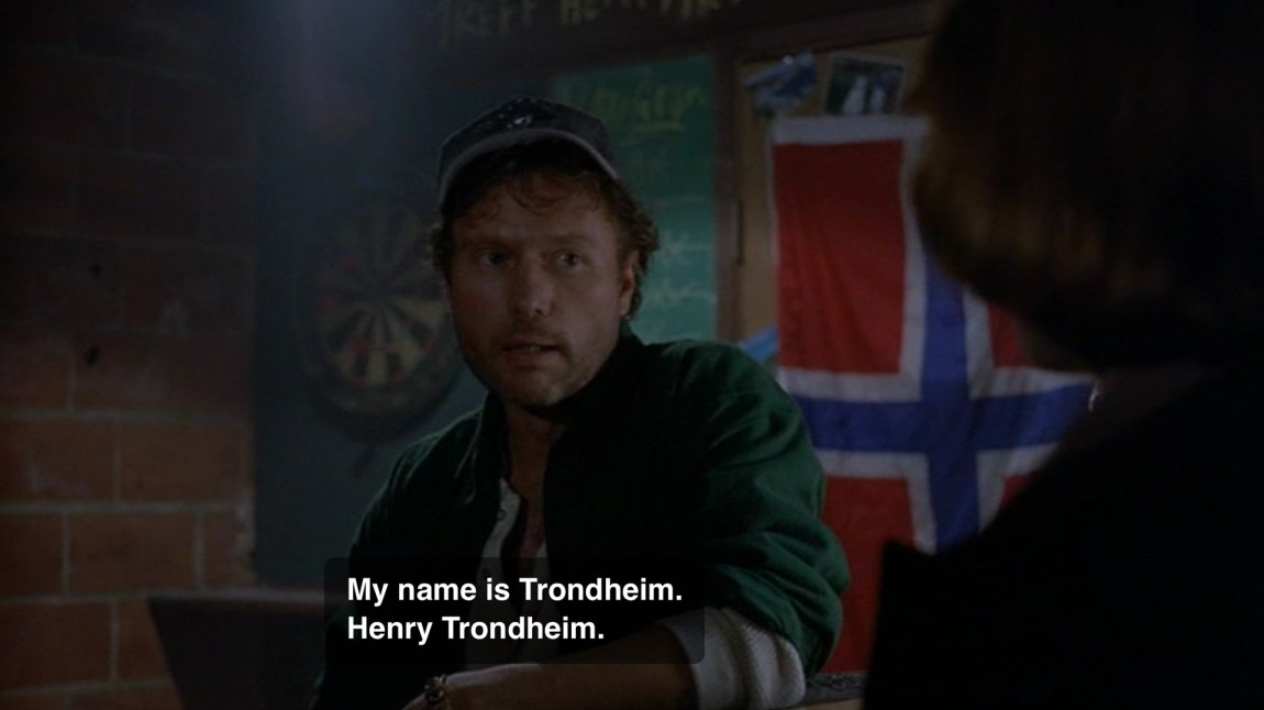 Hvis ikke navnet er norsk nok, så hjelper det kanskje med flagget i bakgrunnen? Han snakket riktignok mest engelsk han Henry, men hvis en legger godviljen til kan en skjønne en del av norsken hans også. (Foto: Skjermdump fra episoden Dod Kalm, FOX)