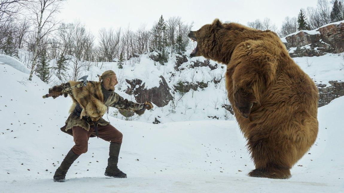 Bjørn (Alexander Ludwig) mot bjørn. (Foto: HBO Nordic, MGM Television)