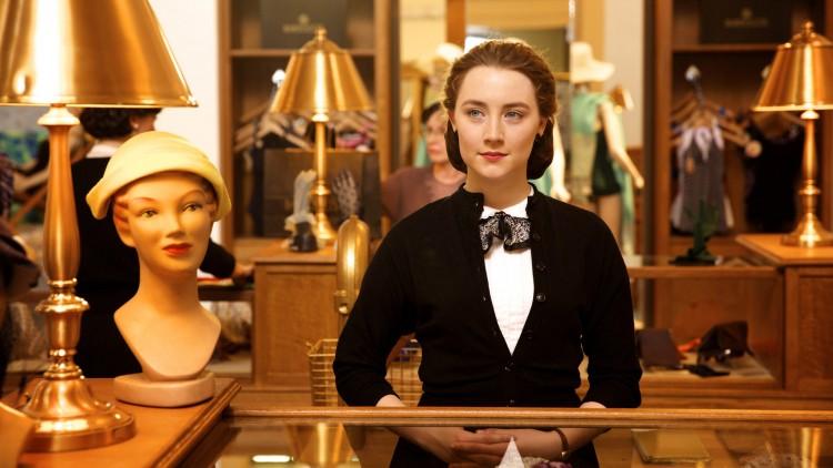 Eilis (Saoirse Ronan) får jobb som ekspeditrise i en fancy butikk i Brooklyn (Foto: Tour de Force).