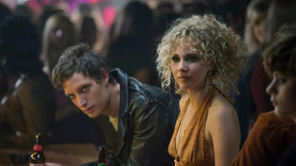 James Jagger (jepp, sønnen til Mick) som punkvokalisten Kip Stevens og Juno Temple som den lovende Jamie Vine. (Foto: HBO Nordic).