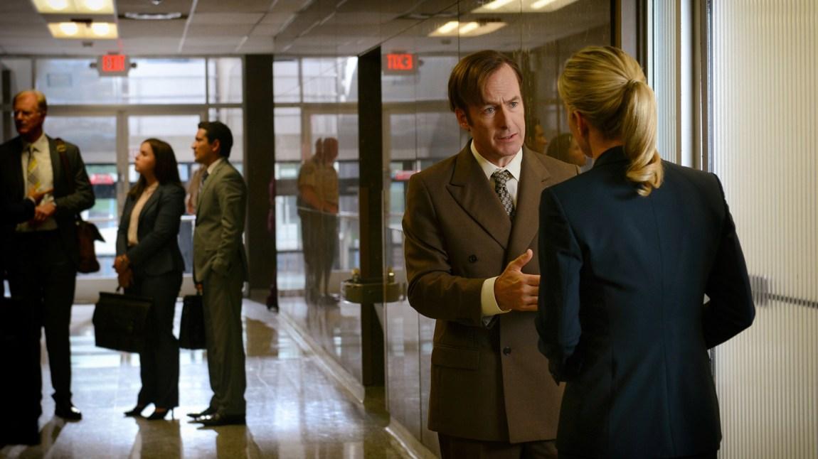 Jimmi/Saul (Bob Odenkirk) og Kim (Rhea Seehorn) i lett teamtalk før en viktig jobbprat. (Foto: Ursula Coyote, Sony Pictures Television, Netflix)