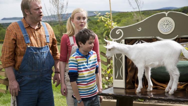 Goggen (Jeppe Beck Laursen), Grynet (Dagny Backer Johnsen), Gustav (Elias Søvold Simonsen og geita Houdini i Gråtass - gøy på landet! (Foto: Cinenord Kidstory).