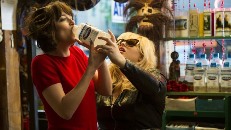 Dakota Johnsen og Rebel Wilson prøver å overkomme fyllesyken i How to Be Single. (Foto: SF Norge)