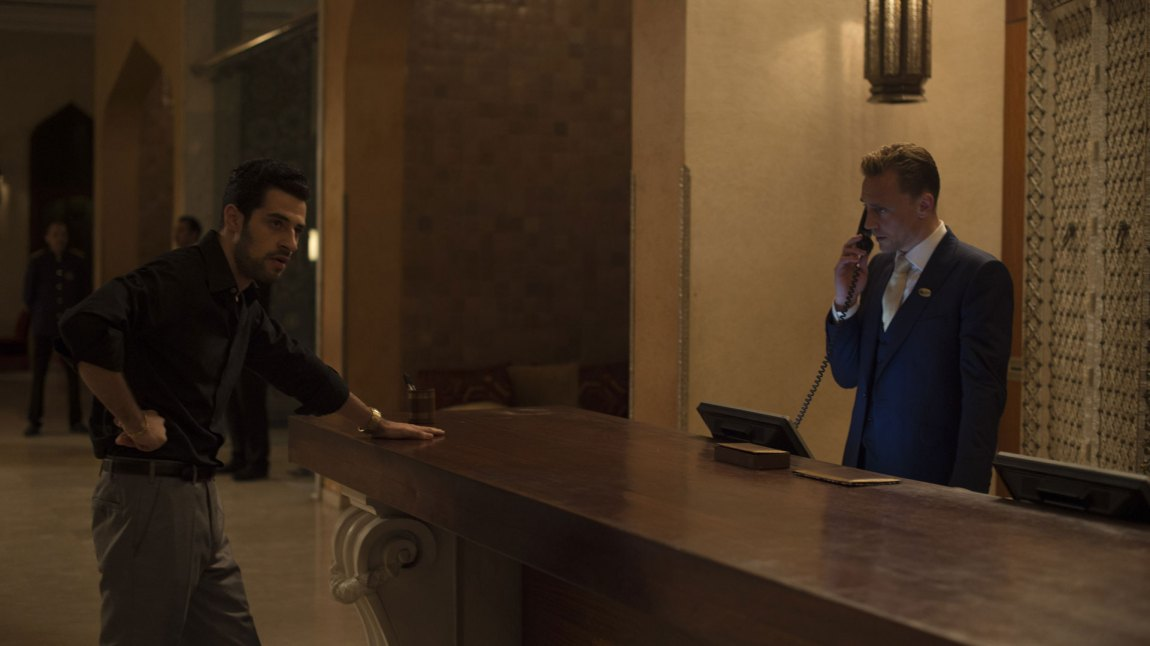 Jonathan Pine (Tom Hiddleston) er en tidligere britisk soldat som har funnet sin hylle i livet som nattportier på et luksushotell i Kairo. (Foto: TV2)