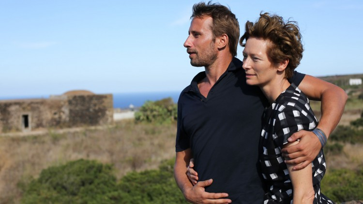 Matthias Schoenaerts og Tilda Swinton i A Bigger Splash. (Foto: SF Norge AS).
