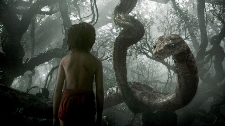 Mowgli (Neel Sethi) møter Kaa (Scarlett Johansson) i Jungelboken (Foto: ©2015 Disney Enterprises, Inc. All Rights Reserved.)