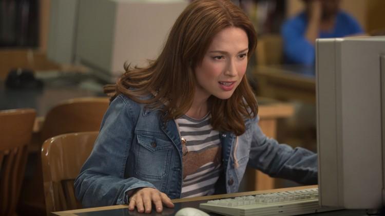 Kimmy ser kattevideo på Internett i andre sesong av Unbreakable Kimmy Schmidt. (Foto: Netflix).