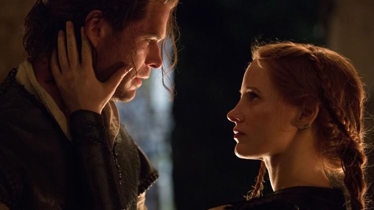 Chris Hemsworth og Jessica Chastain mangler kjemi i The Huntsman: Winter's War. (Foto: United International Pictures).