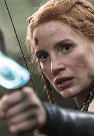 Jessica Chastain spiller den tøffe jegeren Sara i The Huntsman: Winter's War. (Foto: United International Pictures).