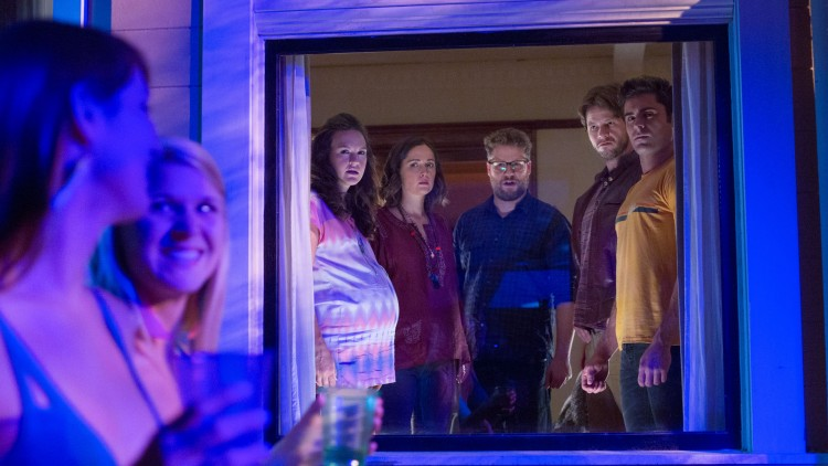Paula (Carla Gallo), Kelly (Rose Byrne), Mac (Seth Rogen) og Jimmy (Ike Barinholtz) er skeptiske til de nye naboene i Bad Neighbours 2 (Foto: United International Pictures).