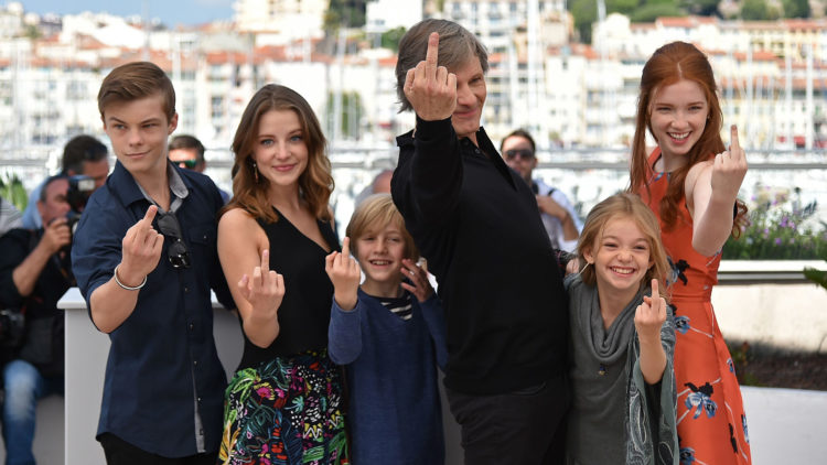 Skuespillerne fra Captain Fantastic, Nicholas Hamilton, Samantha Isler, Charlie Shotwell, Viggo Mortensen, Shree Crooks og Annalise Basso, gir fingeren til fotografene i Cannes (Foto: AFP PHOTO / ALBERTO PIZZOLI).