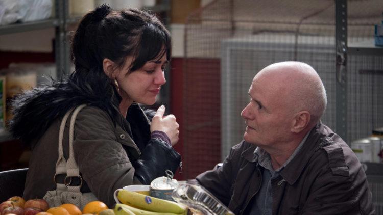 Katie (Hayley Squires) blir trøstet av Daniel (David Johns) i I, Daniel Blake (Foto: Festival de Cannes).
