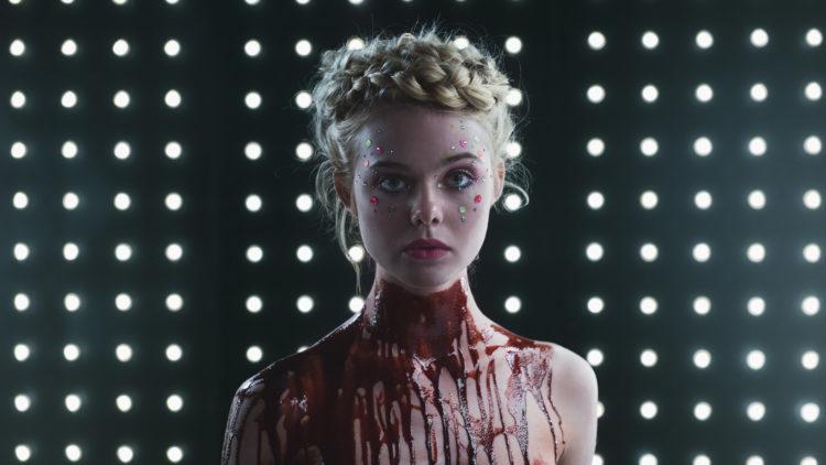 Blodig bilde av Jesse (Elle Fanning) i The Neon Demon (Foto: Norsk Filmdistribusjon).