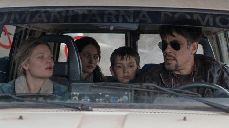 Sophie (Mélanie Thierry), Katya (Olga Kurylenko), Nikola (Eldar Residovic) og Mambrú (Benicio Del Toro) på kjøretur i A Perfect Day. (Foto: Arthaus)