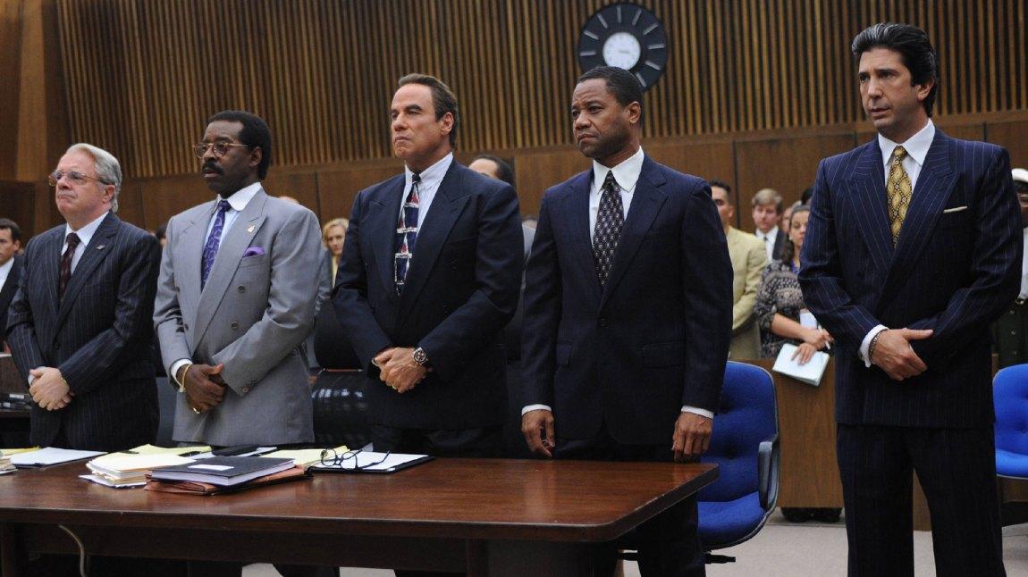 Johnnie Cochran (Courtney B. Vance) flankert av F. Lee Bailey (Nathan Lane) til venstre. Til høyre står Robert Shapiro (John Travolta), O.J Simpson (Cuba Gooding, Jr.) og  Robert Kardashian (David Schwimmer). (Foto: TV3, FX)