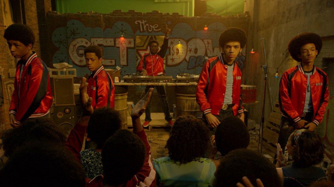 Ezekiel (Justice Smith) i midten og DJ Shaolin Fantastic bak spillerne. (Foto: Netflix)