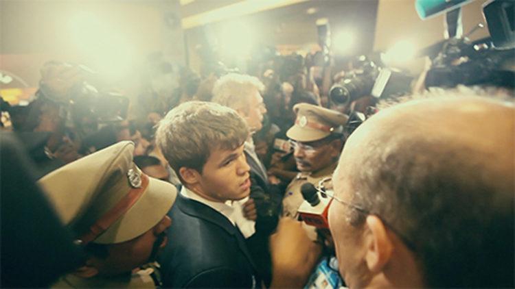 Kaos rundt Magnus Carlsen før VM-kampen i India (Foto: Moskus film/ Nordisk Film Distribusjon AS).
