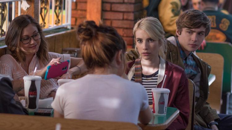 Vee (Emma Roberts) rådfører seg med vennegjengen i Nerve (Foto: Nordisk Film Distribusjon AS).