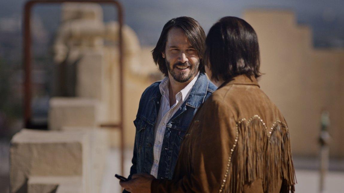 Jepp, Keanu Reeves dukker opp i Swedish Dicks - men for det meste snakkes det bare om rollefiguren hans Tex.(Foto: Viaplay)