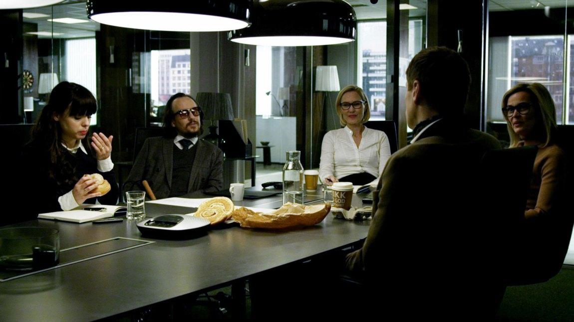 Det er møte på advokatkontoret. Unn (Lykke Kristine Moen), Magnus Bratseth (Torgny Gerhard Aanderaa) og Elea Bergen Wessel (Ellen Dorrit Petersen) diskuterer dagens gjøremål. (Foto: TV3)