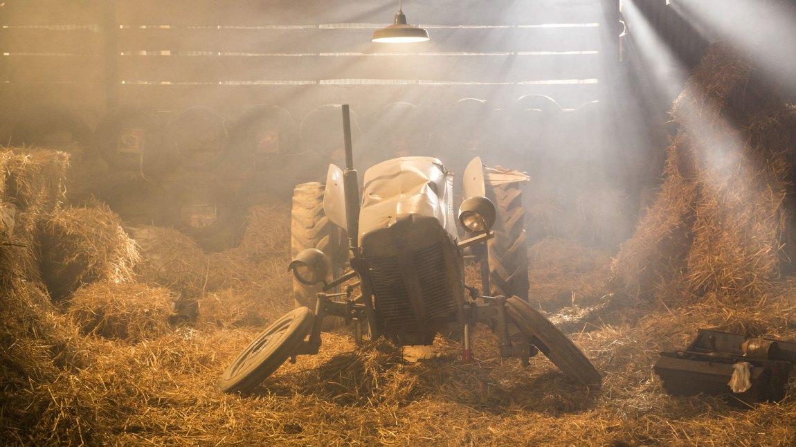 Gråtass går på en real smell og må gi traktorkroppen sin tid til å repareres. (Foto: Sharing og Cinenord Kidstory)