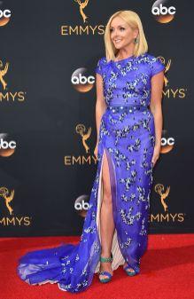 Jane Krakowski så flott ut i en fargesterk kjole. (Foto: AFP PHOTO / Robyn Beck, NTB Scanpix).