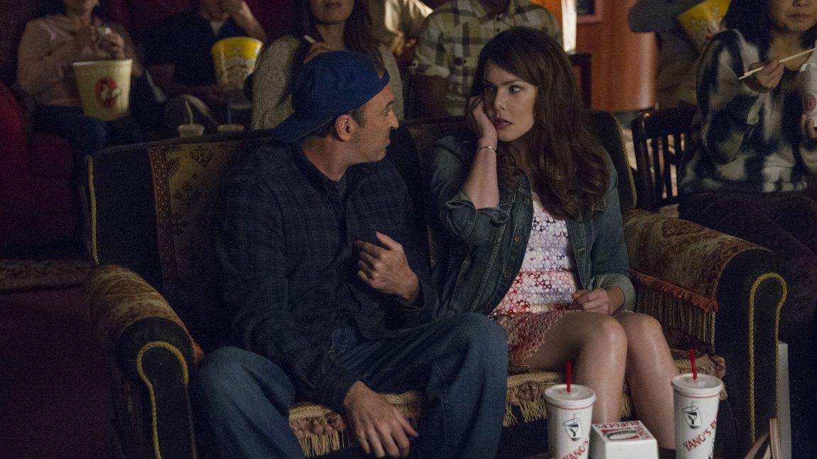 Stars Hollow har ikke mistet sjarmen. Her er Luke (Scott Patterson) og Lorelai (Lauren Graham) på filmkveld med naboene. (Foto: Netflix)