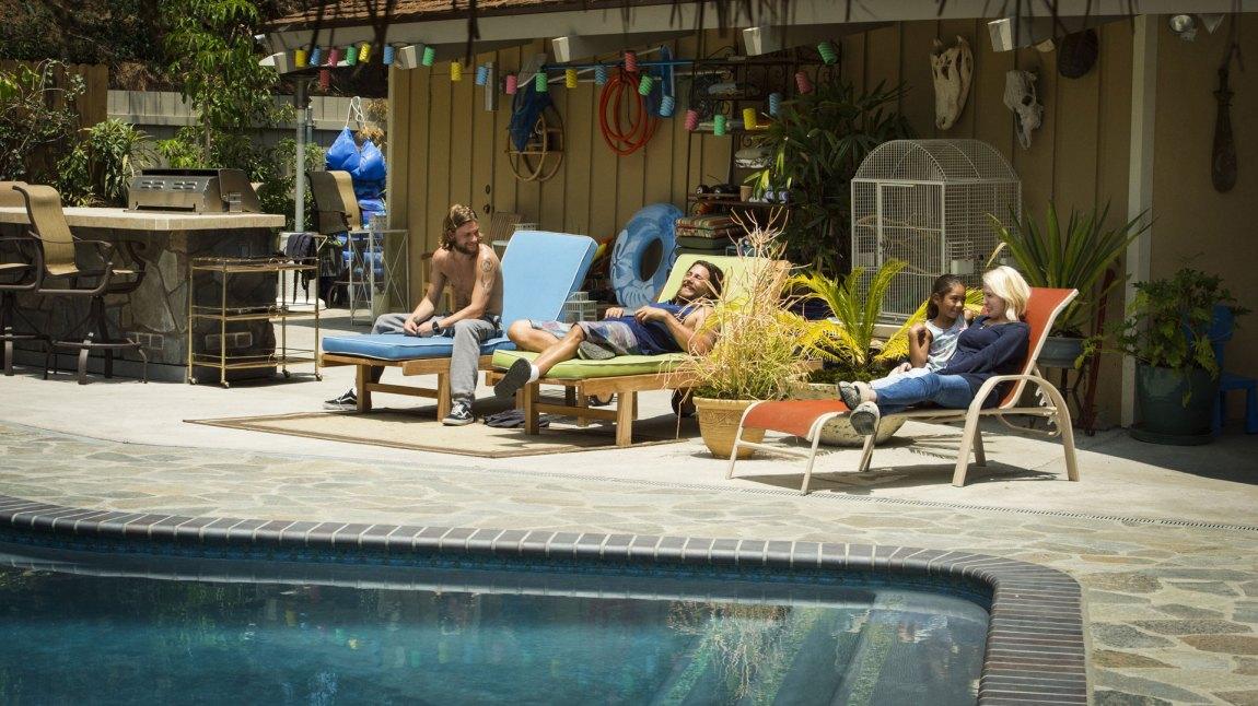 """""""J"""" (Finn Cole) flytter inn hos bestemor og onkelene i et krimkollektiv med basseng. (Foto: Viaplay, TNT)"""