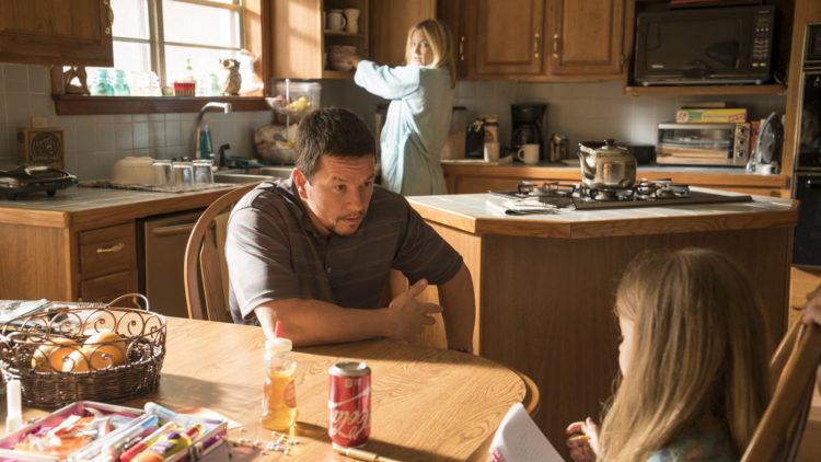 Hygge på hjemmebane for Felicia (Kate Hudson) og Mike Williams (Mark Wahlberg) i Deepwater Horizon (Foto: Nordisk Film Distribusjon AS)