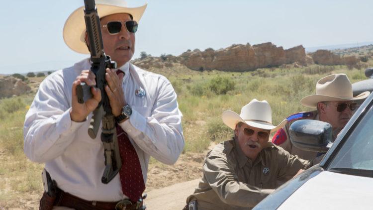 Texas Rangerne Hamilton (Jeff Bridges) og Parker (Gil Birmingham) havner i en skuddveksling i Hell or High Water (Foto: Norsk Filmdistribusjon)