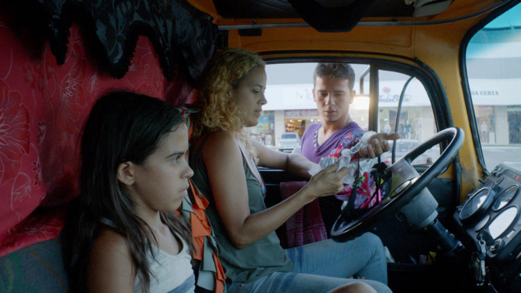 Cacá (Alyne Santana) og moren Galega (Maeve Jinkings) bor i lastebilen i Neon Bull. (Foto: Arthaus)