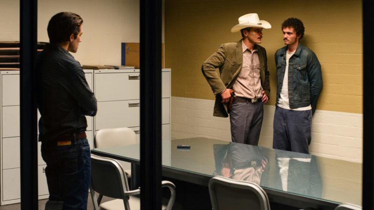 Tony (Jake Gyllenhaal) er med når politimannen Bobby Andes (Michael Shannon) avhører Lou (Karl Glusman) i Nocturnal Animals. (Foto: United International Pictures)