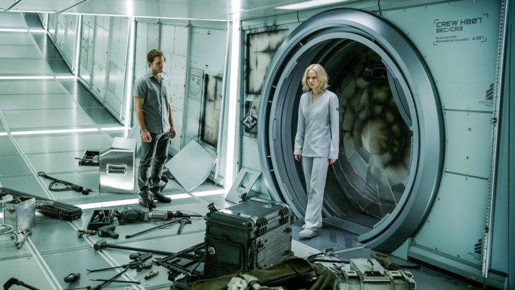 Aurora (Jennifer Lawrence) og Jim (Chris Pratt) forsøker å komme seg inn i kontrollrommet i Passengers. (Foto: United International Pictures)