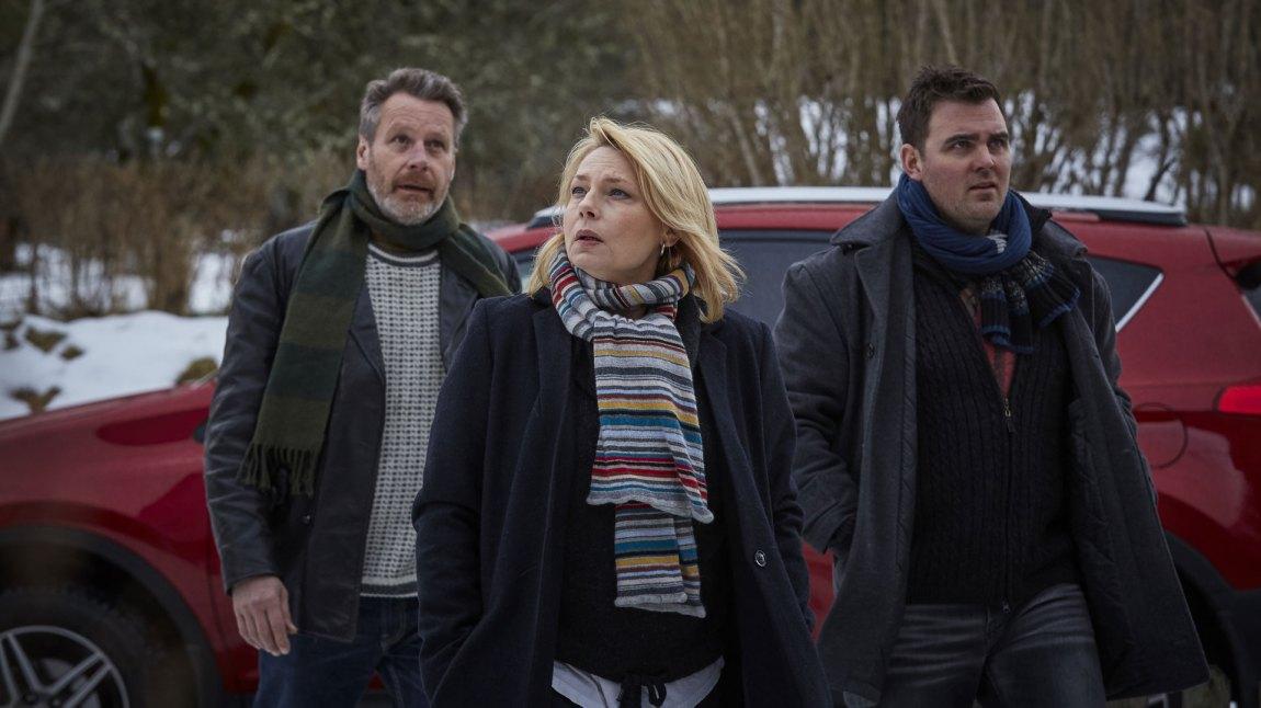 Maja Silver flankert av sine kollegaer Ola (Johan H:son Kjellgren) og Erik (Mattias Nordkvist). (Foto: C More)