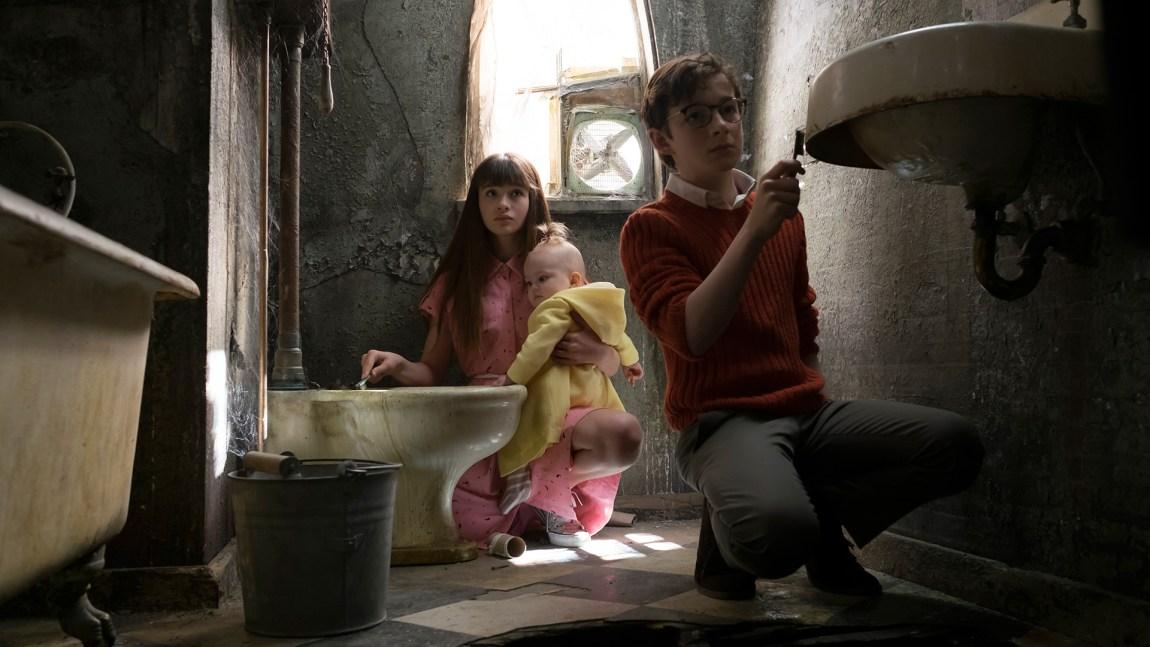 Baudelaire-barna har det ikke godt hjemme hos Count Olaf i Den onde greven. (Foto: Joe Lederer/Netflix).
