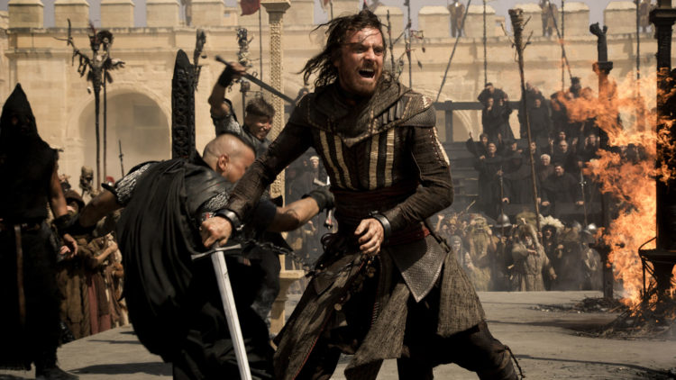 Aguilar (Michael Fassbender) stjeler Edens eple i 1492 i Assassin's Creed. (Foto: 20th Century Fox)