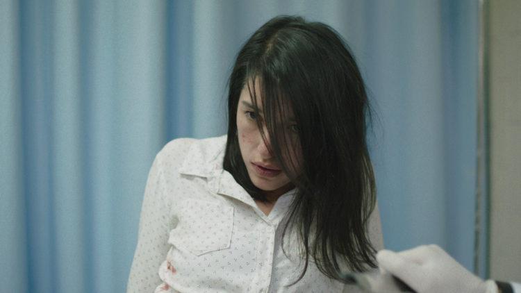Verónica (Simone Bucio) søker nytelse i Det Fremmede. (Foto: Mer Film)
