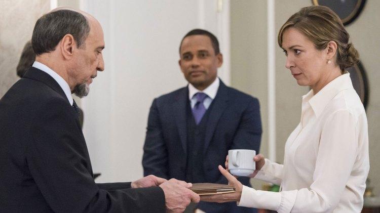 Den blivende president Elizabeth Keane (Elizabeth Marvel) får etterretningshemmeligheter servert fra den gamle ringreven Dar Adal (F. Murray Abraham). (Foto: TV 2, Showtime)