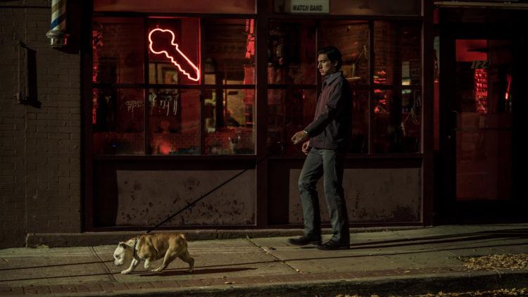 "Paterson (Adam Driver) har tur med bikkja som fast rutine i filmen ""Paterson"". (Foto: Norsk Filmdistribusjon)"