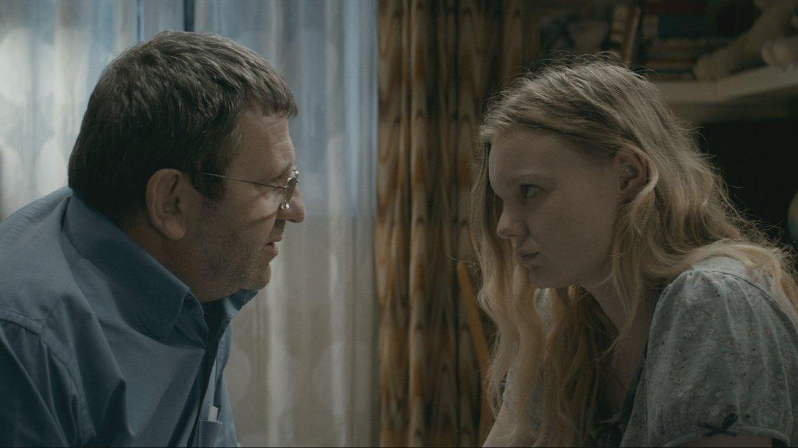 Far Romeo (Adrian Titieni) gjør alt han kan for at datteren  Eliza (Maria-Victoria Dragus) skal kunne studere i England. (Foto: Arthaus)