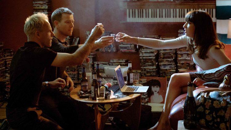 Renton (Ewan McGregor) og Simon (Jonny Lee Miller) er begge interesserte i Veronika (Anjela Nedyalkova) i T2: Trainspotting. (Foto: United International Pictures)